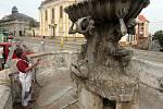 Renovace kašny Tritonů na náměstí Republiky v Olomouci rukou restaurátora Jiřího Fingra.