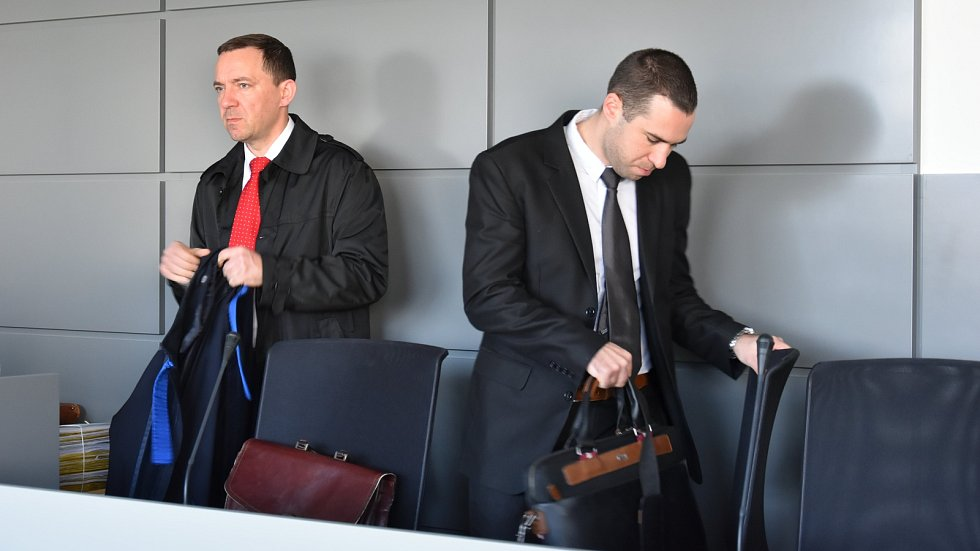 Tomáš Pantlík (vpravo) se svým obhájcem. Kauza nezdaněného lihu u krajského soudu v Olomouci, 22.3. 2019