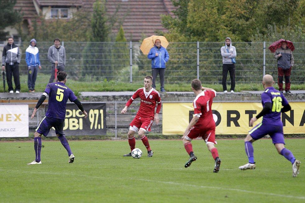 Fotbalisté Uničova (v červeném) prohráli s Mohelnicí 1:2