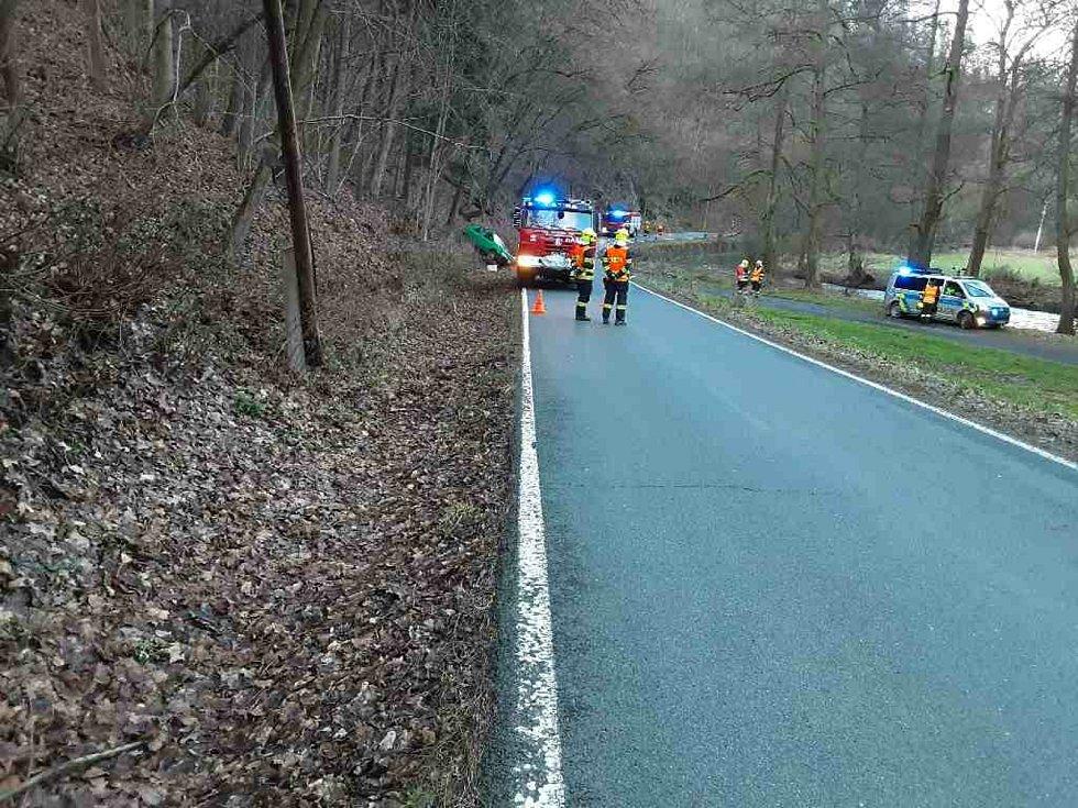 Nehoda u Loštic, kde osobní vůz narazil do sloupu elektrického vedení a skončil v příkopu. 26.12. 2020