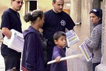 Příznivci Národní strany na návštěvě u přerovských Romů
