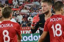 Tomáš Vaclík se zdraví s hráči Sigmy před výkopem zápasu v Seville