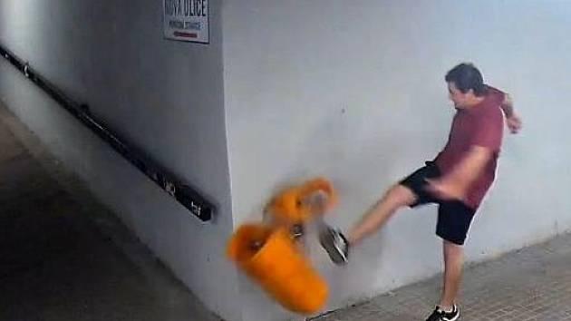 Naštvaný mladík v podchodu pod Brněnskou ulicí rozkopal odpadkové koše