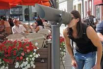 Dalekohledy nabízejí lidem i turistům jiný pohled na Olomouc, například radnici v řepkovém poli.