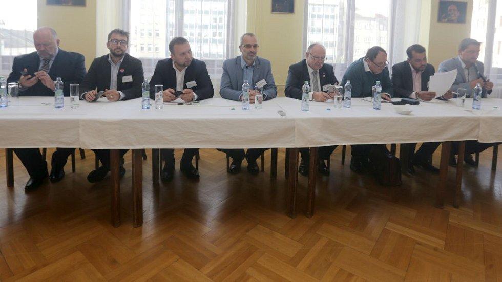 Zleva Lubomír Hartmann (Realisté), Aleš Jakubec (TOP09), Marian Jurečka (KDU-ČSL), Roman Váňa (ČSSD), Ladislav Okleštěk (ANO), Josef Nekl (KSČM), Michal Zácha (ODS) a Radim Sršeň (Starostové). Debata s lídry stran v salonku Městského domu v Přerově