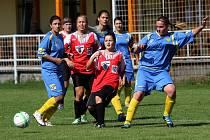 Fotbalistky Nových Sadů (v červenobílém) proti Českému Těšínu