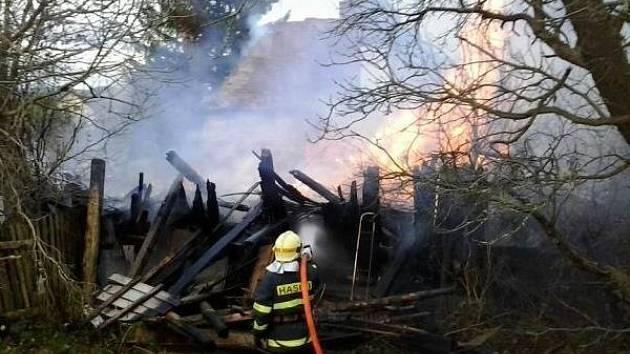 Hasiči zasahují u požáru rodinného domu v Mikulovicích