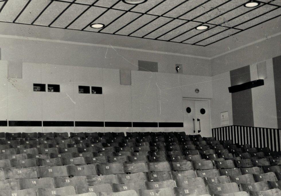 Kino v Moravském Berouně promítá již 100 let. Na snímku starý kinosál se dřevěnými židlemi.