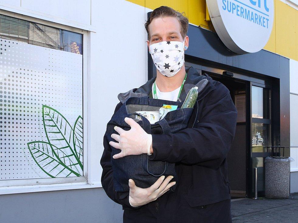 Student Dominik Jačka zařizuje nákupy pro seniory v době pandemie koronavirové infekce.
