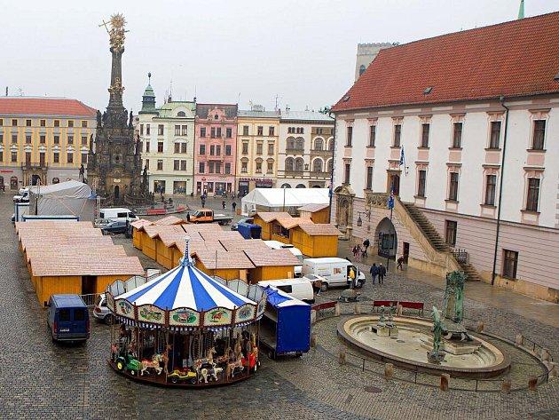Druhý listopadový týden olomoucké Horní náměstí plní dřevěné stánky pro Svatomartinské a Vánoční trhy