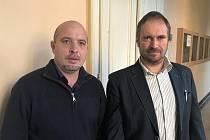 Místostarosta Dlouhé Loučky Pavel Beneš (vlevo) a ředitel školy  Leopold Kropáč u Okresní soudu v Olomouci projednávající spor s Německým řádem o školu v Dlouhé Loučce