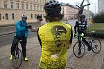 Retro cyklo jízda sokolů z Frýdku - Místku do Lán. Zastávka v Olomouci u pomníku TGM