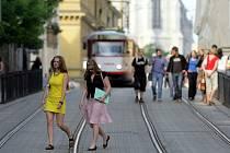 Čilý ruch v ulicích Pekařská a Denisova.
