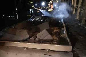 Požár gumového pásového dopravníku v průmyslovém areálu v Lutíně - 12. 8. 2021