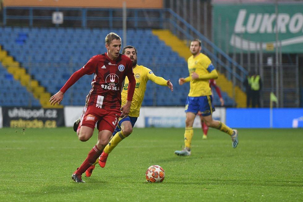 Fotbalisté Zlína (ve žlutém) porazili v nejvyšší soutěži na domácím hřišti Olomouc 1:0.