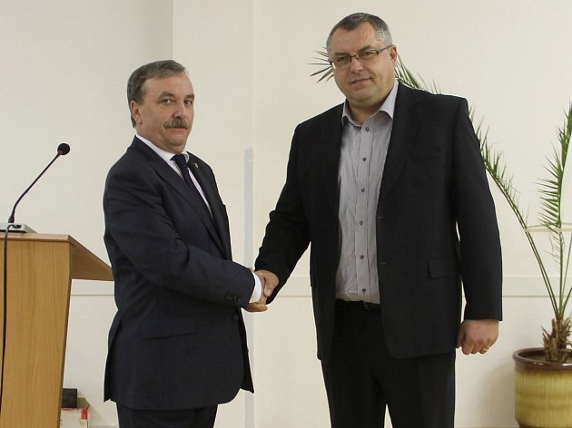 V polovině mandátu předal Dalibor Horák (ODS) (vlevo) starostenské žezlo uničovskému radnímu Radku Vincourovi (ODS) (vpravo)
