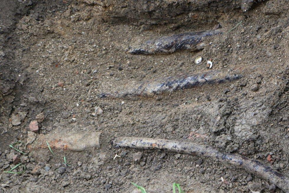 Jámy pro výsadbu nových akátů jsou připravené, hledá se majitel nalezených kabelů.