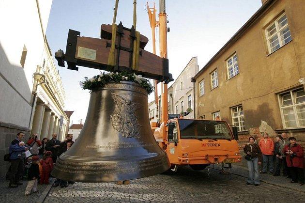 Zvon Svatý Michal čeká, až jej jeřáb vyzdvihne do zvonice