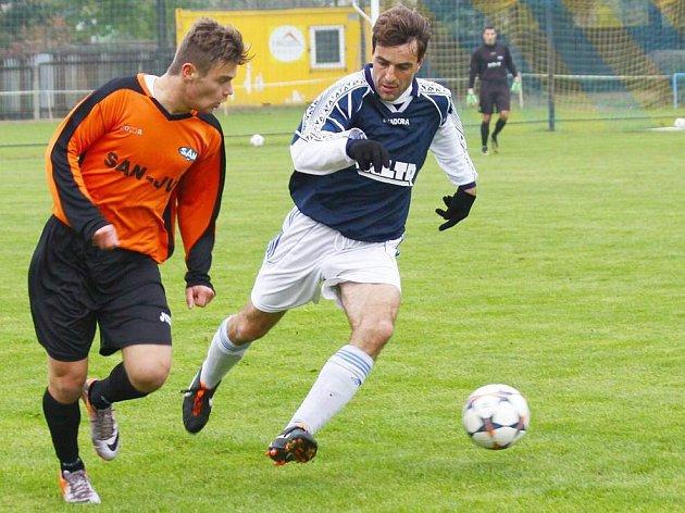 Fotbalisté Šternberku (v modrém) remizovali s Šumperkem