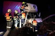 Sobotní noční nehoda u Mírova si vyžádala zásah dvou jednotek hasičů.