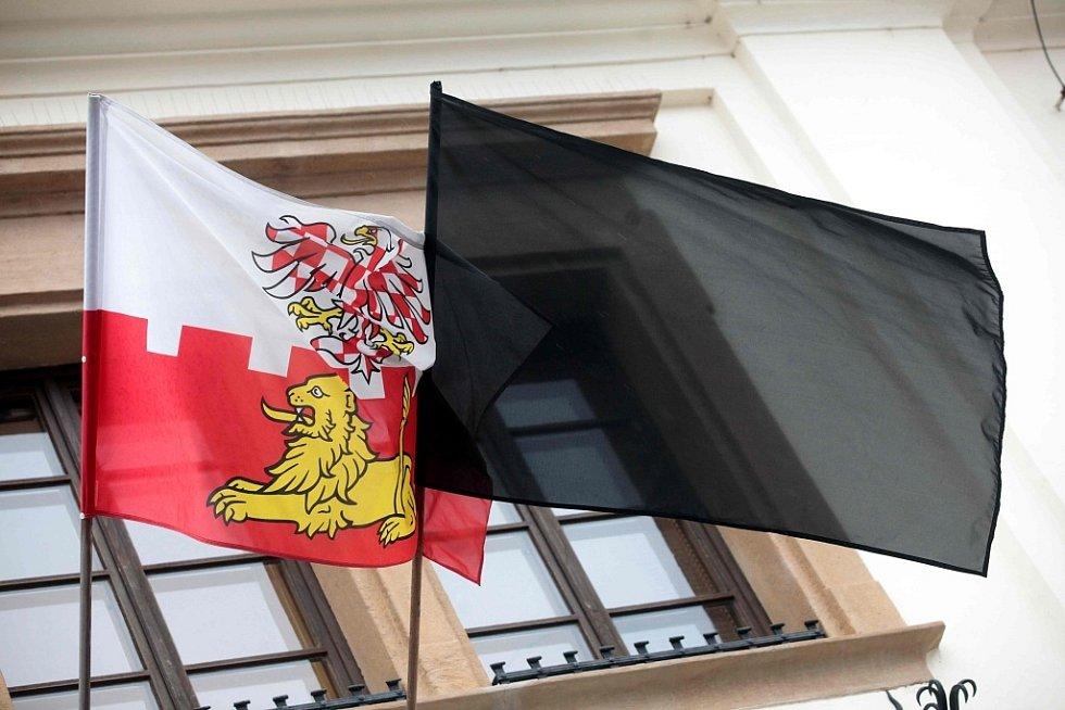 Pietní akt v Uherském Brodě k uctění památky obětí úterního masakru - černá vlajka na radnic