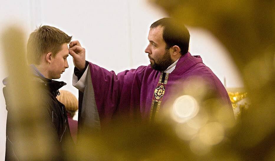 Znamení popelem v kostele sv. Marka v Litovli. Archivní ilustrační foto