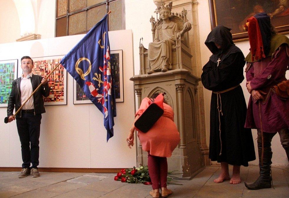 Uctění krále zavražděného krále Václava III. u jeho sochy v kryptě olomoucké katedrály, 4. srpna 2021