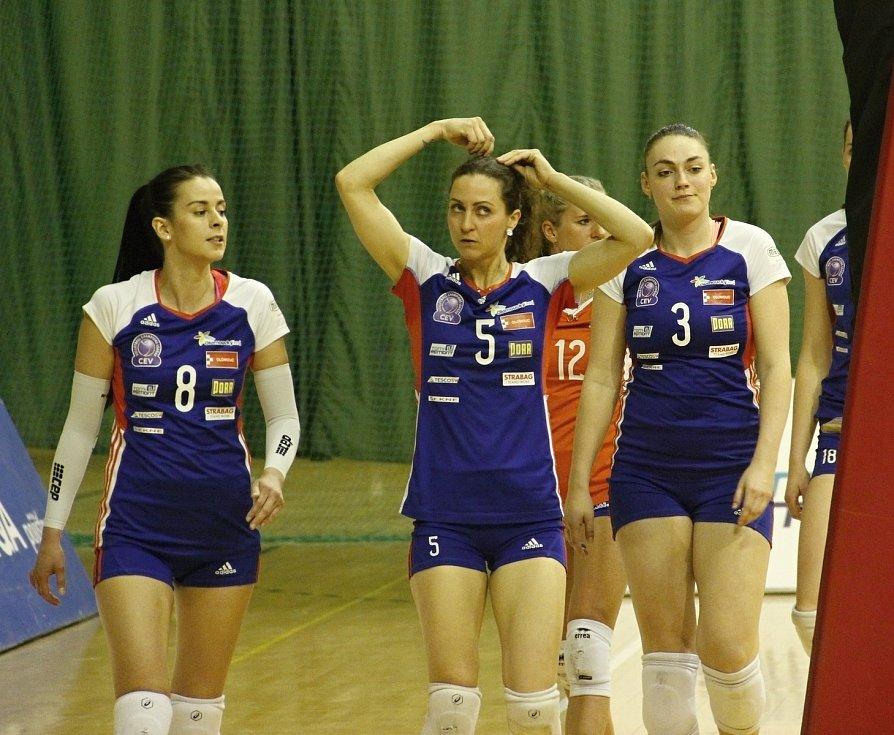 Olomoucké volejbalistky (v modrém) porazily Olymp 3:1 a semifinálovou sérii ovládly v poměru 3:0 na zápasy.