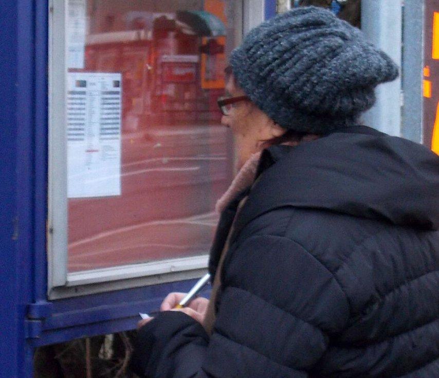 Na displejích zastávek v Olomouci autobusy IDSOK po Novém roce cestující nenašli  O odjezdech informovaly drobně psané jízdní řády