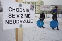 Cedule označující neudržovaný chodník v Olomouci