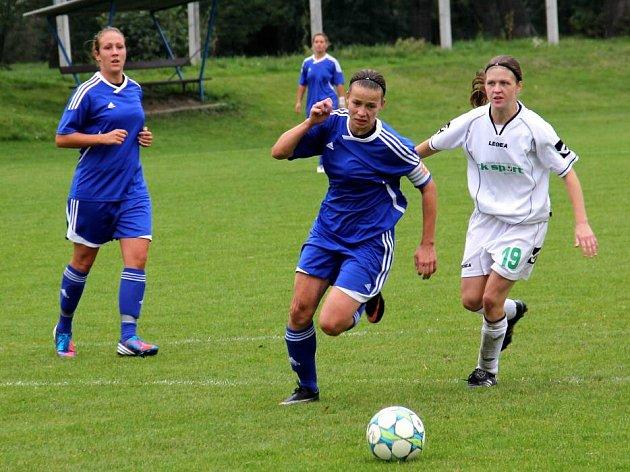 Olomoucké fotbalistky (v modrém)
