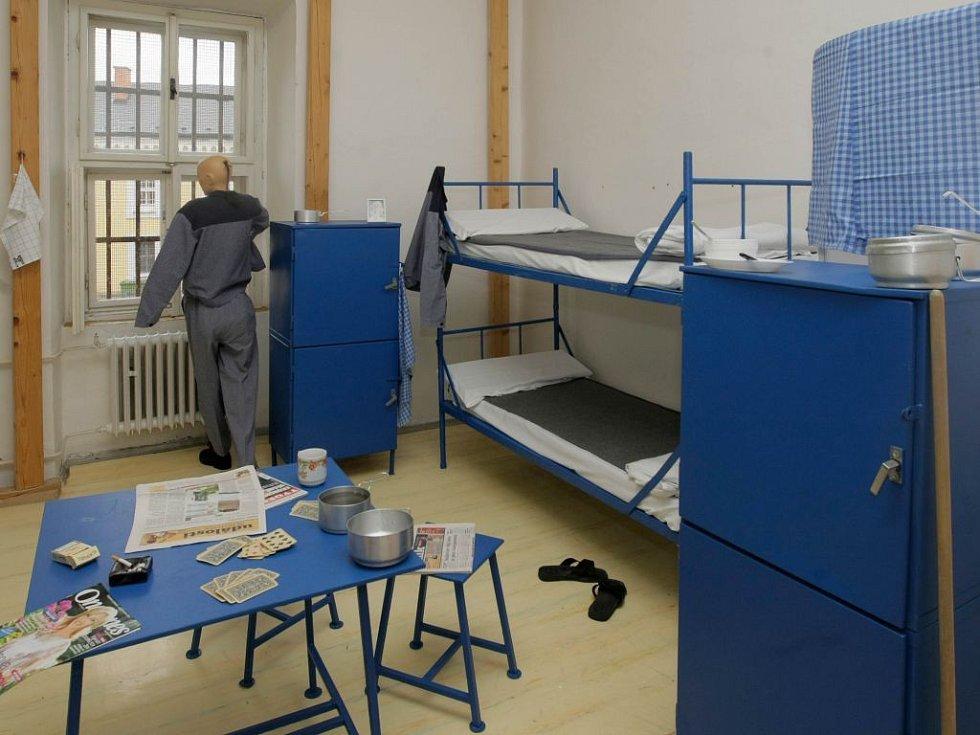 """Věznice na Mírově  - pohled do """"ukázkové cely"""""""