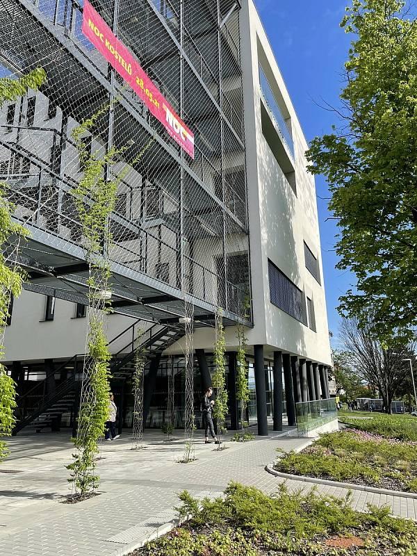 Ve dvou očkovacích centrech ve Fakultní nemocnici Olomouc od středy dostávají lidé vakcínu proti Covidu-19. Pro první dávku si chodí do budovy II. interní kliniky - gastroenterologické a geriatrické - na snímku, 26. května 2021.