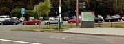 Pátek 6.července, státní svátek - Den upálení mistra Jana Husa, 14.00. Plné parkoviště u autobusové zastávky pod zoologickou zahradou