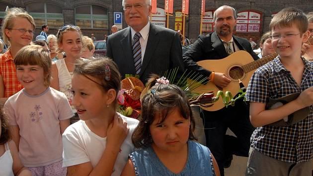 Prezident republiky Václav Klaus s dětmi.