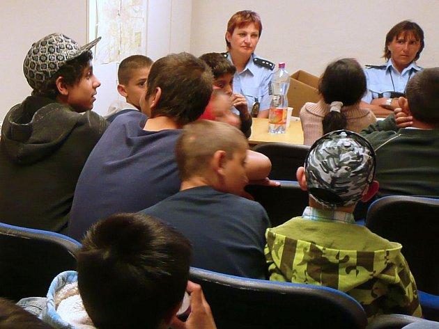 Setkání policistek s romskými dětmi v Přichystalově ulici
