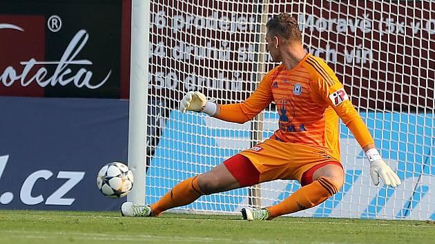 Gólman Sigmy Miloš Buchta v zápase s Baníkem čtyřikrát lovil míč ze své sítě