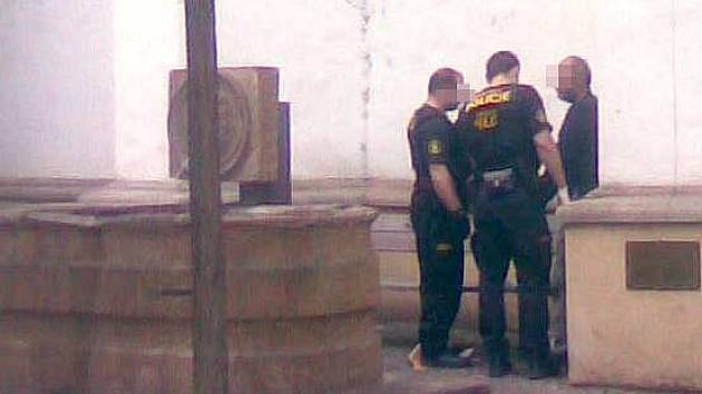Olomoučtí strážníci s bezdomovcem v Sokolské ulici