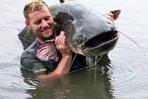 Jiří Zavadil z Olomouce ulovil v neděli 25. srpna 2013 na Chomoutovském jezeře sumce vážícího 85kg a dlouhého 237 cm