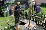 Čištění studní v Šumvaldu postiženém bleskovými povodněmi .