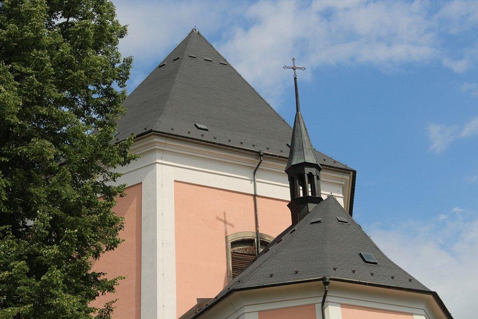 Stará Voda ožila Svatoanenskou poutí, světil se i nový zvon pro kostel ve Městě Libavá