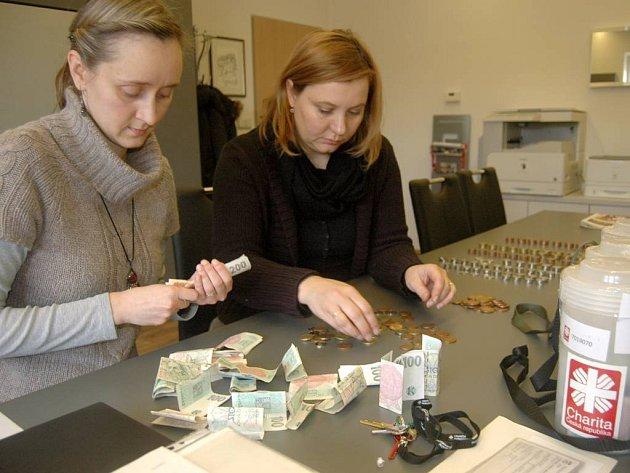 Počítání výtěžku Tříkrálové sbírky na obecním úřadě v Samotiškác