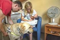 Šestadvacetiletá handicapovaná maminka Barbora Chalupová s dcerkou Amálkou mohla mít v porodnici také svého asistenčního psa.