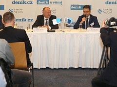 Debata s hejtmanem Ladislavem Oklešťkem (vlevo) v olomouckém hotelu Clarion. Vpravo regionální šéfredaktor Deníku Martin Nevyjel.