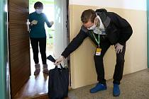 Dobrovolníci zajišťují seniorům nákupy. Ilustrační foto