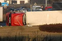 Nehoda kamionu na rondelu u olomouckého Globusu blokovala v pátek 16. prosince 2011 provoz na R35.