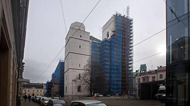 Kostel sv. Mořice v Olomouci s odhalenou částí nové fasády