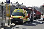 Zdravotníci a hasiči zachraňují chlapce, kterého na Envelopě v Olomouci srazila tramvaj