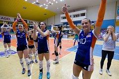 Prostějovské volejbalistky (v bílém) prohrály v prvním zápase finálové série s Olomoucí 2:3. Monika Dedíková (vpravo)