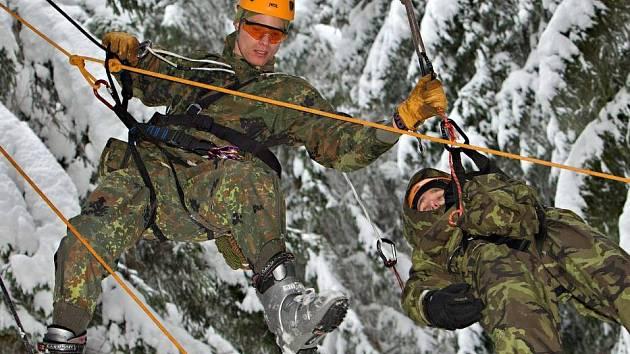 Extrémní armádní závod Winter Survival v Jeseníkách. Jedním z úkolů byla záchrana výsadkáře, uvízlého na stromě